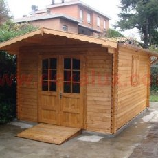 casetta in legno con doppia finestra