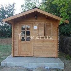 casetta in legno con porta e finestra