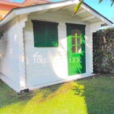 Casetta in legno prefabbricata bianca e verde